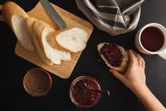 Café da manhã com pão e doce de framboesas Fotografia de Stock