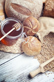 Café da manhã com pão e mel cozidos frescos Imagens de Stock