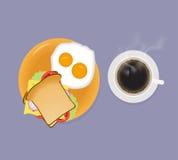 Café da manhã com sanduíche e ovos fritos do café Imagem de Stock Royalty Free
