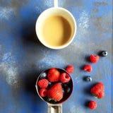 Café da manhã com uma xícara de café e as bagas Fotografia de Stock Royalty Free