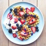 Café da manhã com waffles e bagas Foto de Stock Royalty Free