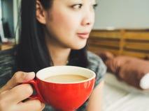 Café da manhã da bebida da mulher imagens de stock royalty free