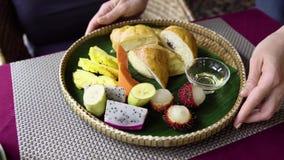 Café da manhã da manhã do saque do garçom com fruto tropical, croissant, panqueca e mel filme