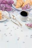 Café da manhã da mola do café e dos croissant Imagem de Stock Royalty Free