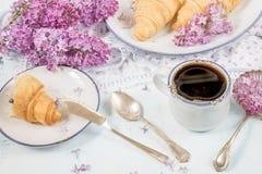 Café da manhã da mola do café e dos croissant Fotos de Stock