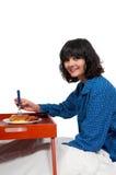Café da manhã da mulher na cama Imagem de Stock