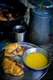 Café da manhã de acampamento com café e suco de laranja Fotografia de Stock Royalty Free