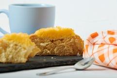 Café da manhã de creme do bolo do coco imagens de stock