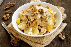 Café da manhã de Muesli com frutos, iogurte e porcas imagens de stock