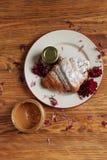 Café da manhã de Taisty com croissant Estilo country imagens de stock