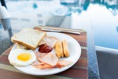 Café da manhã delicioso ajustado pela piscina em Pattaya, Tailândia foto de stock royalty free
