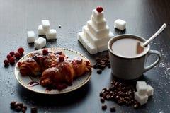 Café da manhã delicioso com café e biscoitos fotografia de stock