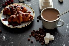 Café da manhã delicioso com café e biscoitos fotos de stock