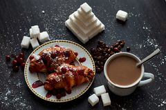 Café da manhã delicioso com café e biscoitos fotografia de stock royalty free