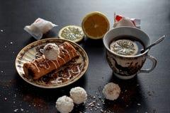 Café da manhã delicioso com café e biscoitos foto de stock