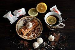 Café da manhã delicioso com café e biscoitos imagens de stock