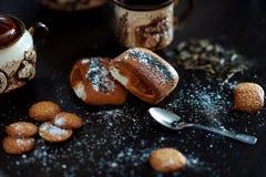 Café da manhã delicioso com café e rolos fotos de stock royalty free