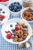 Café da manhã delicioso com granola, bagas e iogurte, vista superior Imagem de Stock Royalty Free