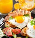 Café da manhã delicioso com os sanduíches do croissant com Fried Egg foto de stock
