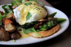 Café da manhã delicioso dos ovos escalfados e das batatas fritas caseiras Foto de Stock Royalty Free