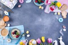 Café da manhã delicioso da mola em um fundo de pedra cinzento Um ramalhete de tulipas frescas da cor cor-de-rosa e da hortelã Peq Imagem de Stock Royalty Free
