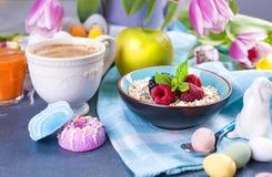 Café da manhã delicioso da mola em um fundo de pedra cinzento Um ramalhete de tulipas frescas da cor cor-de-rosa e da hortelã Peq Fotografia de Stock