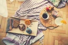 Café da manhã delicioso servido no assoalho foto de stock royalty free