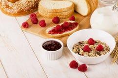 Café da manhã dietético saudável com muesli, leite, framboesas frescas, imagens de stock royalty free