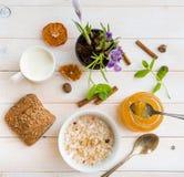 Café da manhã do cereal, do leite e dos anéis de espuma Imagem de Stock Royalty Free