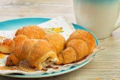 Café da manhã do croissant Fotografia de Stock Royalty Free