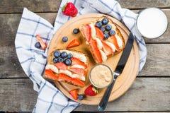 Café da manhã do Dia da Independência - brinde com morango e mirtilo Imagens de Stock