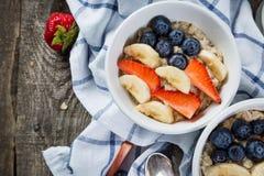 Café da manhã do Dia da Independência - refeição da aveia com morango e mirtilo Imagem de Stock Royalty Free