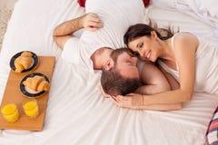 Café da manhã do homem e da mulher na cama Imagens de Stock