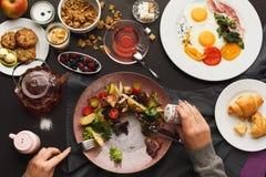 Café da manhã do restaurante com salada de batata morna fotografia de stock