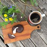 Café da manhã do verão no ar livre Ainda vida: café preto, marshmallow no chocolate e flores selvagens no copo em um backg de mad Fotos de Stock