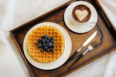 Café da manhã do waffle com mirtilo e café Imagem de Stock Royalty Free