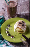 Café da manhã dos bolos de queijo com creme de leite e bagas Imagens de Stock Royalty Free