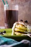 Café da manhã dos bolos de queijo com creme de leite e bagas Fotos de Stock Royalty Free
