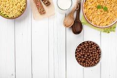 Café da manhã dos flocos de milho na tabela de madeira Fotografia de Stock Royalty Free