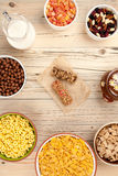 Café da manhã dos flocos de milho no fundo de madeira Fotos de Stock Royalty Free