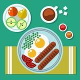Café da manhã dos ovos mexidos, a salsicha e as ervilhas e o fruto Café com açúcar Fotografia de Stock