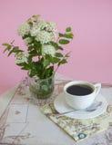 Café da manhã e flor branca Fotografia de Stock Royalty Free
