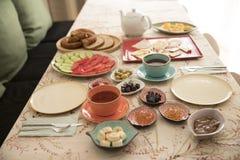 Café da manhã e placa na tabela fotos de stock