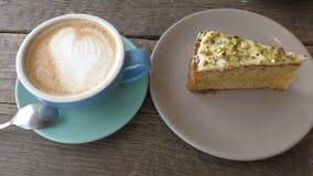 Café da manhã e uma parte de bolo de cenoura vídeos de arquivo