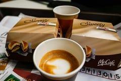 Café da manhã em Itália, no macchiato do café e no hamburguer do chocolate foto de stock royalty free