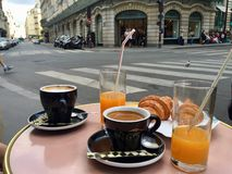 Café da manhã em Paris e em olhar a vida ir perto fotografia de stock