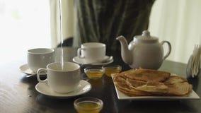 Café da manhã em um café vídeos de arquivo