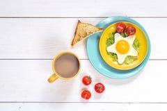 Café da manhã engraçado com ovo frito estrela-dado forma, brinde, tomate de cereja imagem de stock
