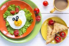 Café da manhã engraçado com ovo frito urso-dado forma, brinde, tomate de cereja fotografia de stock royalty free