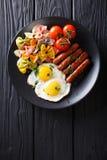 Café da manhã entusiasta: ovos fritos, salsichas, massa do farfalle e tomat Fotos de Stock